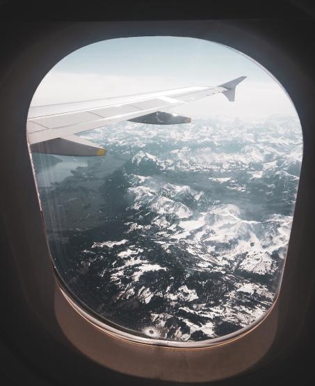 Foto de los Alpes desde la ventanilla de un avión.